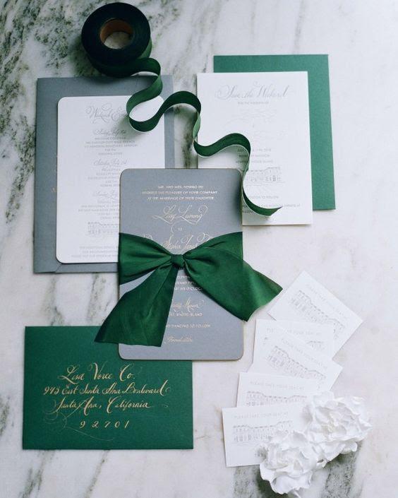 Grau, weiß und Smaragd-Einladungen mit gold Kalligraphie und große Bögen erinnern an Weihnachten