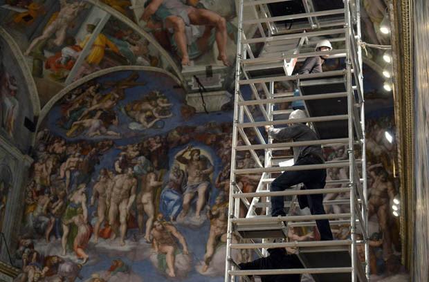 Andaimes são utilizados para a instalação da chaminé na Capela (Foto: Osservatore Romano/Reuters)