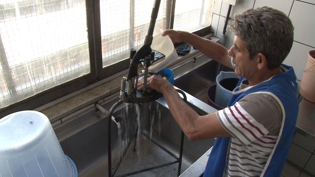 Interno faz limpeza de área onde funcionava atividades da Faetec (Foto: Jorge Soares/ G1)