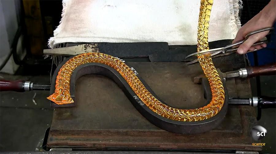 O fascinante processo de fabricação de um candelabro de vidro a partir do zero