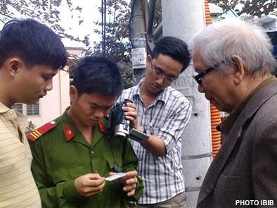 Công an sắc phục và thường phục xét Chứng Minh thư Huynh trưởng Lê Công Cầu và quây phim mọi Phật tử đến chùa Giác Minh ở Đà Nẵng, Hình IBIB