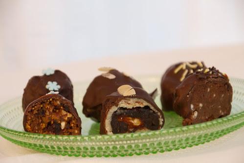 Puuviljakommid (vasakul) / Dried fruit and nut chocolates (on the left)