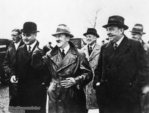 Le petit homme en civil, Adolf Hitler, encadré par les représentants de l'industrie et de la banque allemandes