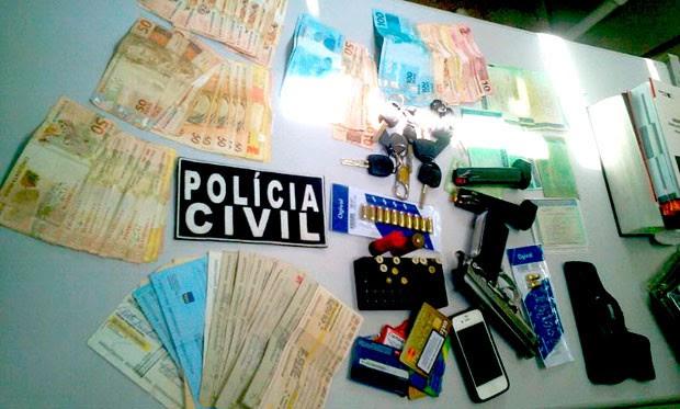 Armas, documentos, dinheiro e talões de chques foram apreendidos durante a operação Revide, deflagrada na Grande Natal (Foto: Larisse Souza/Inter TV Cabugi)