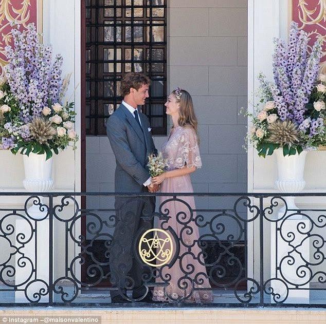 Valentino lançado esta imagem dos recém-casados, revelando que eles estavam por trás do vestido rosa e laço do ouro