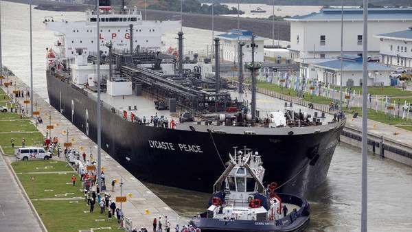 El buque Lycaste Peace cruza por la esclusa de Cocolí; tras atravesar el nuevo Canal de Panamá. / EFE