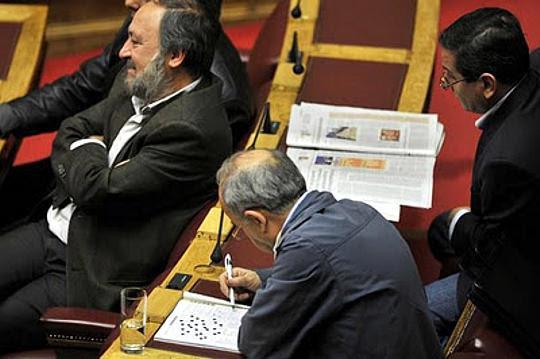 Βουλευτής λύνει σταυρόλεξο στη Βουλή