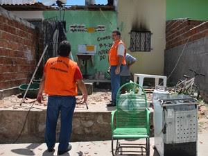 Casa onde irmãs morreram em incêndio foi interditada pela Defesa Civil em João Pessoa (Foto: Walter Paparazzo/G1)