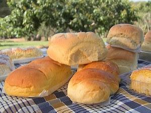 Dona Chica e o esposo, que é agricultor, preparam juntos a embalagem dos pães