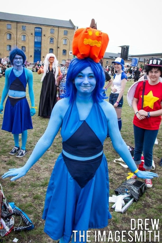 My face looks super dumb as I wasn't prepared to have my photo taken (I was busy running around like this at my SU meet), but my Lapis cosplay feat. Pumpkin balancing on my head! The whole costume is...
