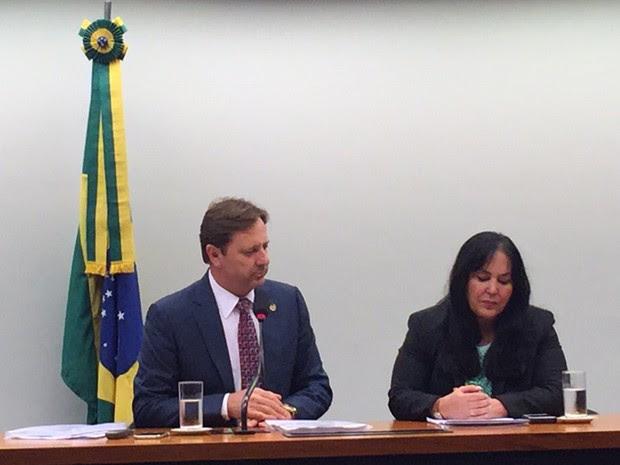 O relator das contas, Acir Gurgacz (PDT-PR), e a presidente da Comissão Mista de Orçamento, Rose de Freitas (PMDB-ES) (Foto: Nathalia Passarinho/G1)