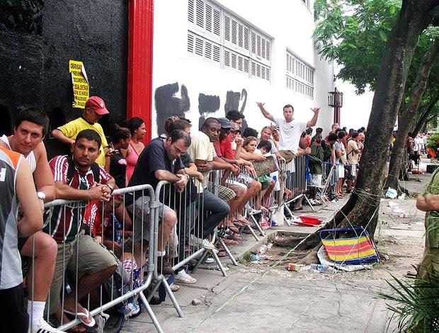 fila de torcedores do Fluminense para comprar ingressos