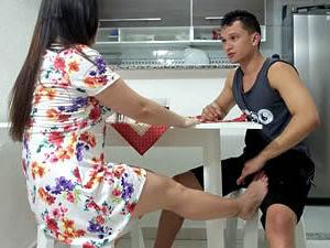 Casada fogosa seduzindo o vizinho a comer o seu cu enquanto o marido vai ao supermercado