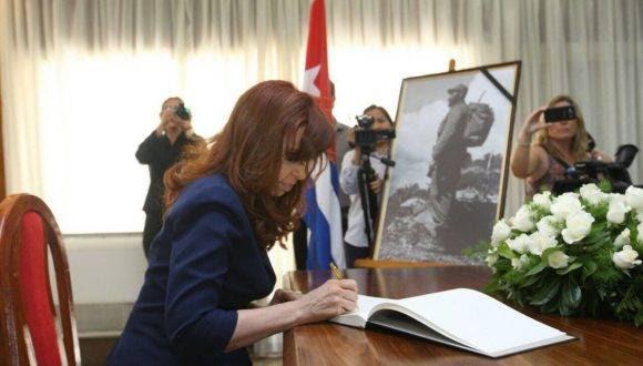 Cristina Fernández rinde honores a Fidel en la Embajada de Cuba en Buenos Aires