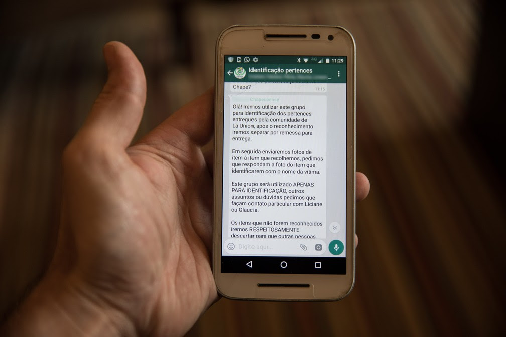 Funcionários do clube Chapecoense criaram grupo de WhtsApp para mandar fotos dos pertences dos mortos na tragédia (Foto: Fábio Tito/G1)