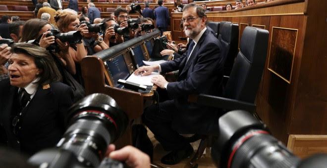 El presidente del Gobierno, Mariano Rajoy, en su escaño antes del inicio del Pleno del Congreso de la pasada semana sobre el crisis catalana. REUTERS/Sergio Perez