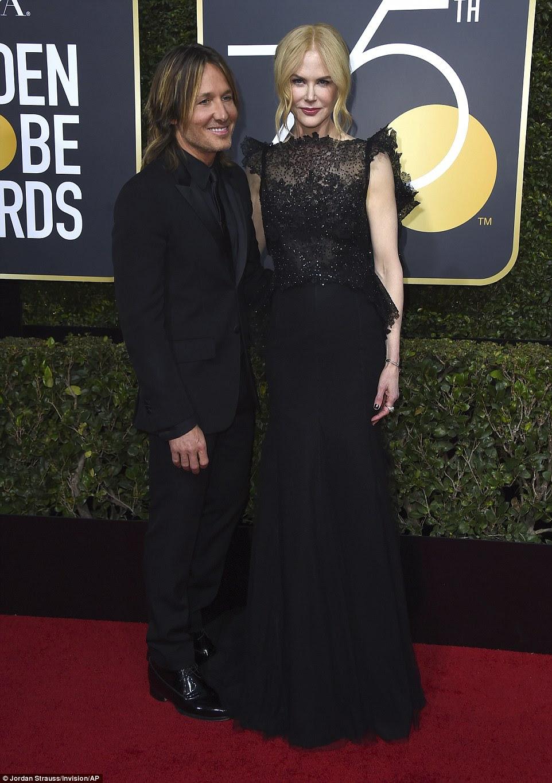 Data da noite: A estrela do país, Keith Urban e a esposa, Nicole Kidman, ficaram próximas em seus looks coloridos;  Nicole usava um vestido Givenchy