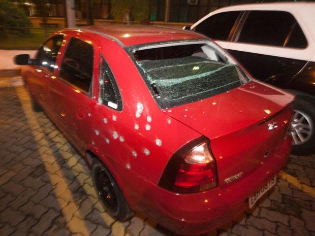 Veículo Corsa atingido por balas em ação de bando que levou 6,7 milhões de transportadora de valores (Foto: Mario Ângelo/Sigmapress/Estadão Conteúdo)