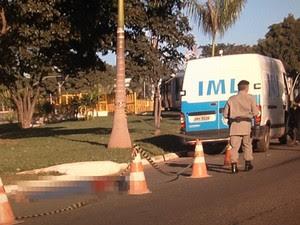 Corpo estava estendido em via, nas proximidades do Terminal Padre Pelágio (Foto: Reprodução/TV Anhanguera)