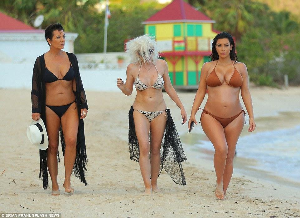 Como eles fazem isso?  Kim foi juntado na praia por sua mãe incrivelmente jovem, Kris Jenner, 59, (à esquerda), bem como seu make-up artist Joyce Bonelli (centro)
