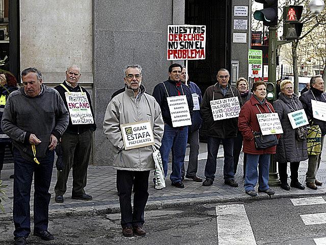 Protesta frente a la sede de Génova por las preferentes. | Efe