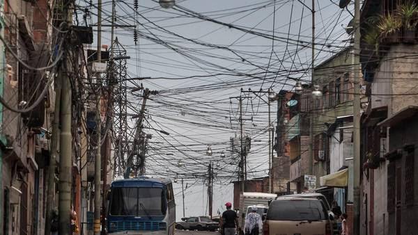 Una calle con tendido eléctrico en el sector Catia en la ciudad de Caracas, Venezuela. Las consecuencias del fenómeno climático El Niño ha llevado al país a una grave crisis energética. EFE