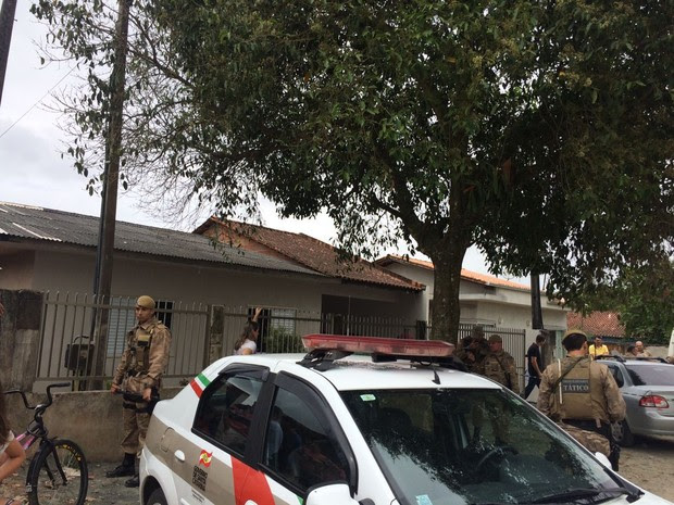 Família foi encotrada morta em Joinville neste domingo (6) (Foto: Cinthia Raasch/RBS TV)