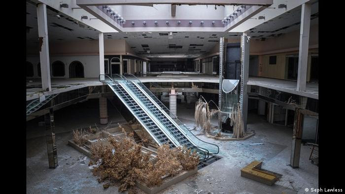 Akron's Rolling Acres Mall - dead mall © Seph Lawless