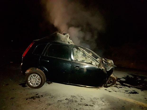 Motorista ficou presa às ferragens e morreu após carro pegar fogo na Bahia (Foto: Weslei Santos/Blog do Sigi Vilares)