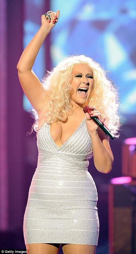 Um grito de socorro: Cantora Christina Aguilera parecia estar espremido até o ponto de desconforto em seu vestido bandage-style apertado como ela se apresentou hoje à noite