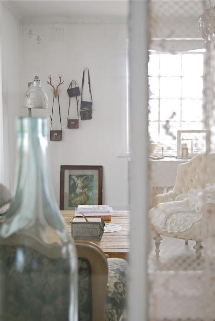 Starodawne torebki zawieszone na ścianach wyglądają całkiem nieźle :)
