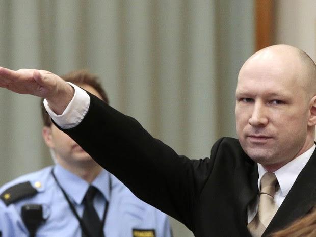 O norueguês Anders Behring Breivik, militante de ultradireita que assassinou 77 pessoas na Noruega em 2011, faz a saudação nazista ao entrar no tribunal que julga uma demanda que apresentou contra o Estado por suas condições de detenção (Foto: Lise Aserud/NTB Scanpix/AP)
