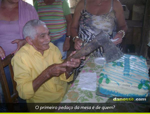 Seu lunga cortando o bolo