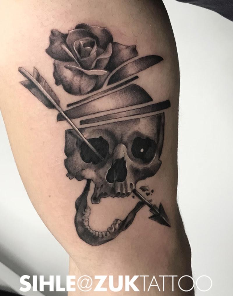 Tatuaje En Negro Y Gris Con Una Calavera Y Una Rosa