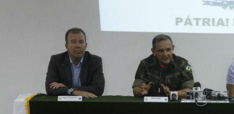 O secretário (esquerda) participou na manhã deste sábado da entrevista coletiva no Comando Militar do Nordeste / Ricardo B. Labastier/JC Imagem