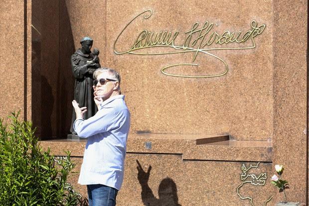 Miguel Falabella faz foto em túmulo de Carmem Miranda (Foto: ROBERTO FILHO / BRAZIL NEWS.)