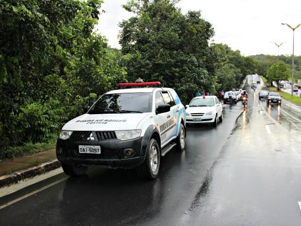 Carro teria saído da pista após passar em uma poça na Avenida do Turismo (Foto: Sérgio Rodrigues/ G1 AM)