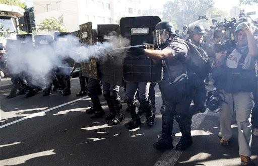 Polícia entra em confronto com manifestantes