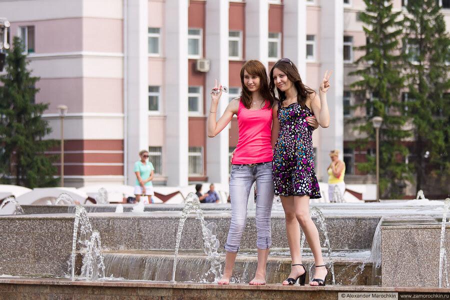 Девушки фотографируются у фонтана на площади Тысячелетия в Саранске