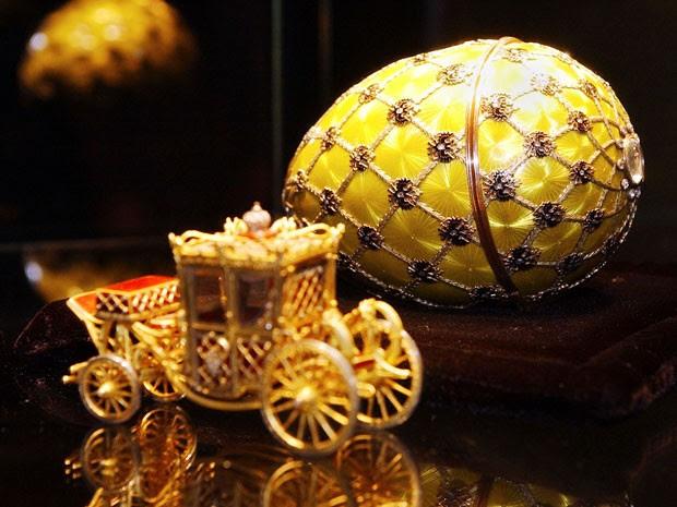 O ovo vinha com uma réplica da carruagem imperial que demorou 15 meses para ser terminada. Ele faz parte da Coleção Forbes e foi leiloado em 2004 (Foto: Stan Honda/AFP)