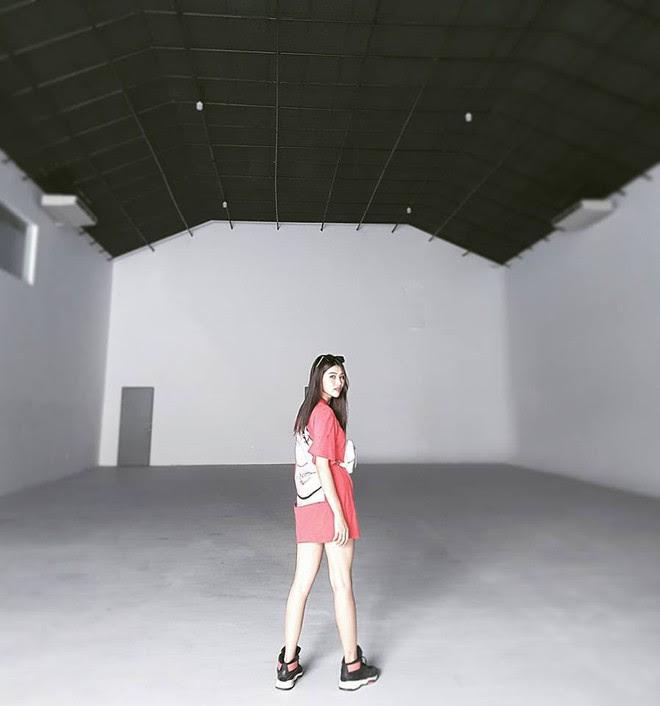 Nhìn Hà Tăng, Jolie Nguyễn... diện street style sắc đỏ mà chợt nhận ra: Tết đã về gần lắm rồi đây! - Ảnh 4.