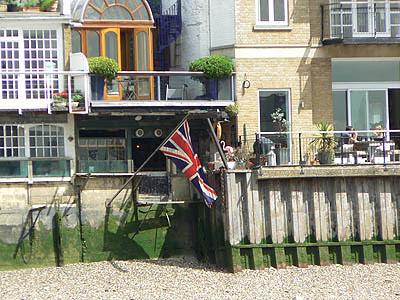 drapeau et terrasse sur la Tamise.jpg