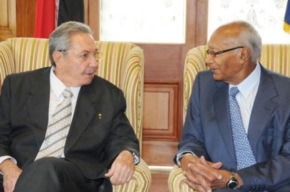 Raúl Castro conversa con el Presidente de Trinidad y Tobago. Foto: Raúl Abreu