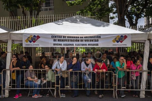 Venezuelans wait in line to validate their signatures on petitions requesting a referendum to recall President Nicolas Maduro. EFE
