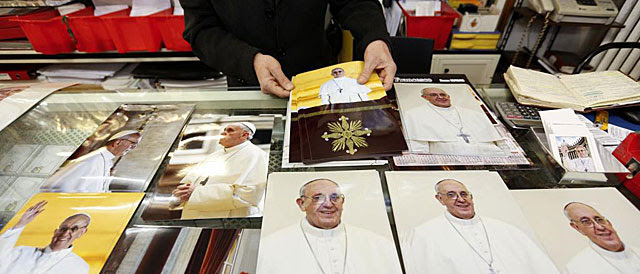 Un hombre vende imágenes del Papa Francisco en las cercanías del Vaticano. | Reuters