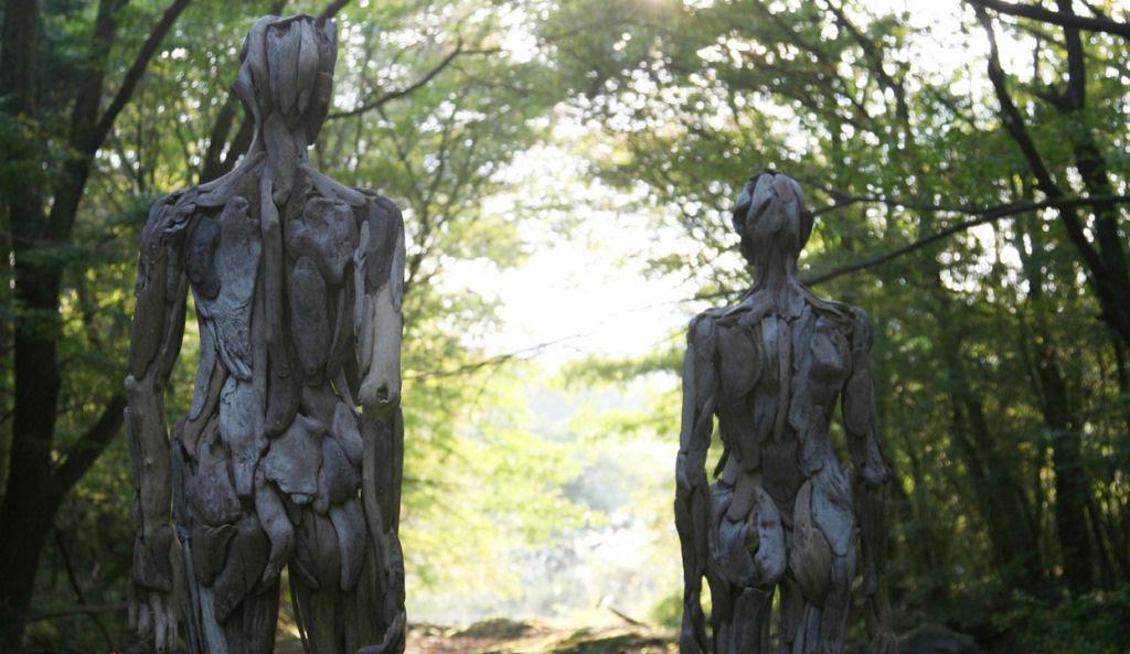 As inquietantes esculturas feitas com detrito de madeira no meio de bosque pelo japonês Nagato Iwasaki 16