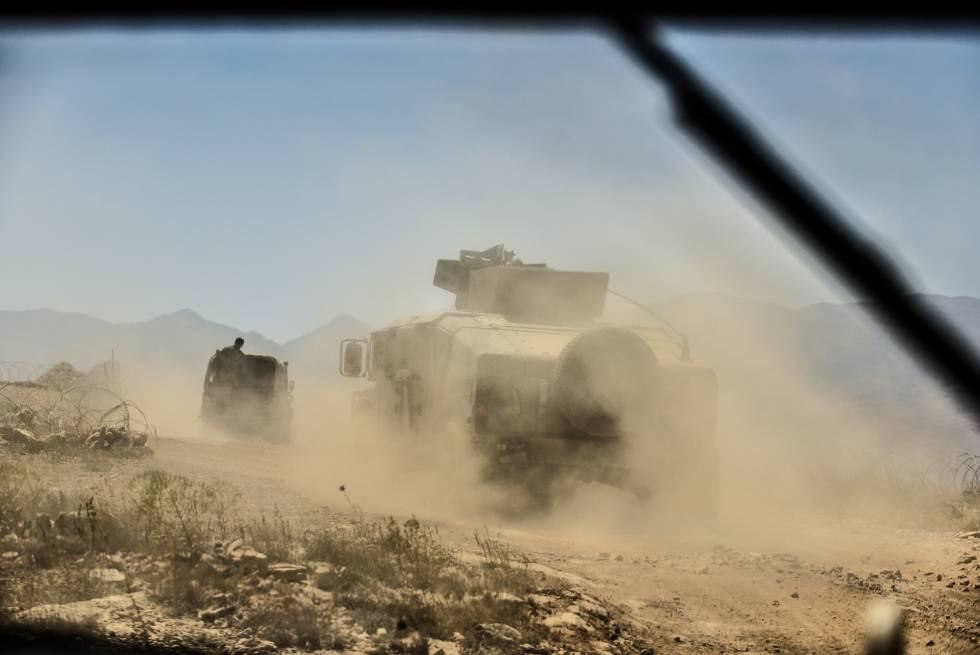 Una patrulla del Ejército libanés en la frontera libanesa con Siria desde la ventanilla de un Humvee.