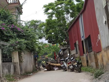 Lối vào thôn Hoành, xã Đồng Tâm, huyện Mỹ Đức bị ngăn bằng chướng ngại vật (ảnh chụp sáng 17-4-2007) - Ảnh: dantri.com.vn