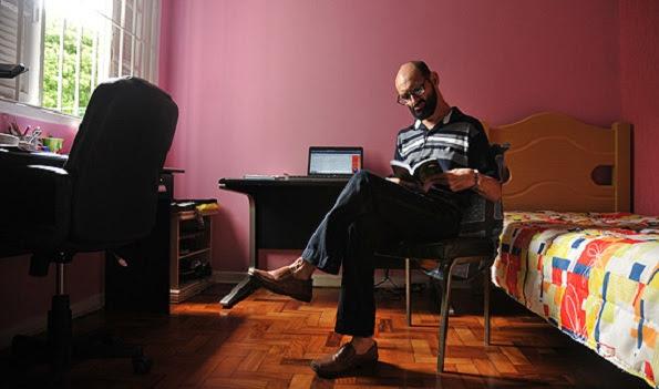 O psicólogo e escritor Emílio Figueira, 42, em sua casa, em São Paulo