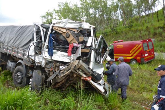 Acidente ocorreu no Km 466 da BR-040 / Foto divulgação Bombeiros